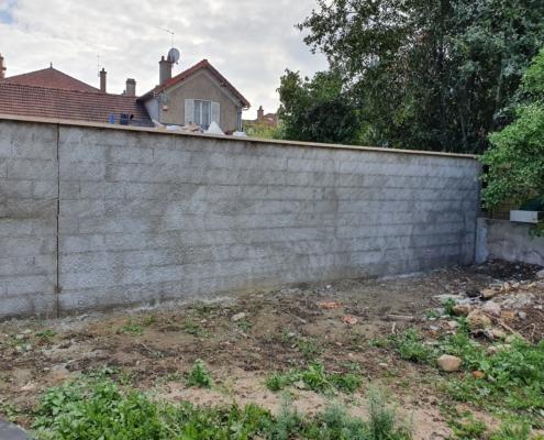Réalisation d'un mur de clôture.