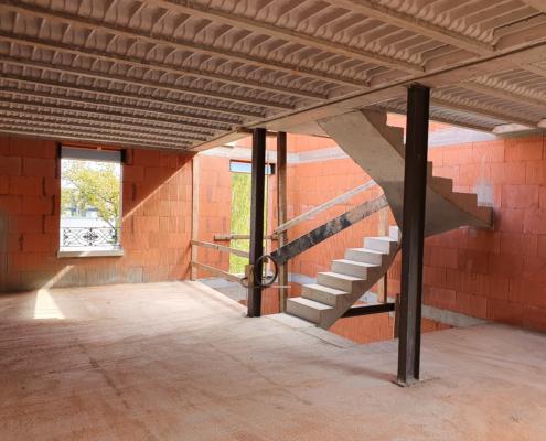 Escalier en acier et béton réalisé dans un pavillon en construction